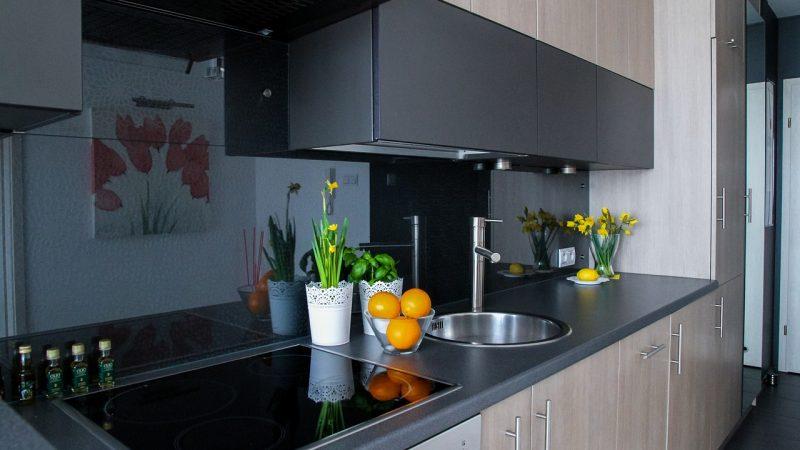 Modne, dekoracyjne i funkcjonalne panele szklane