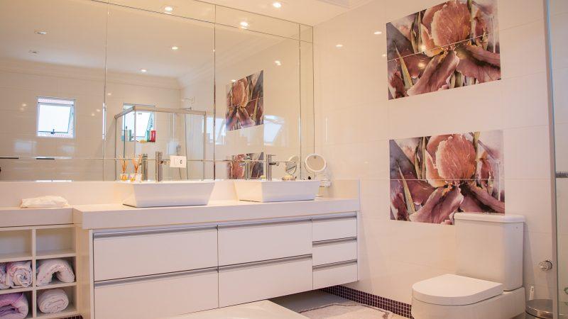 montaż wieszaków łazienkowych