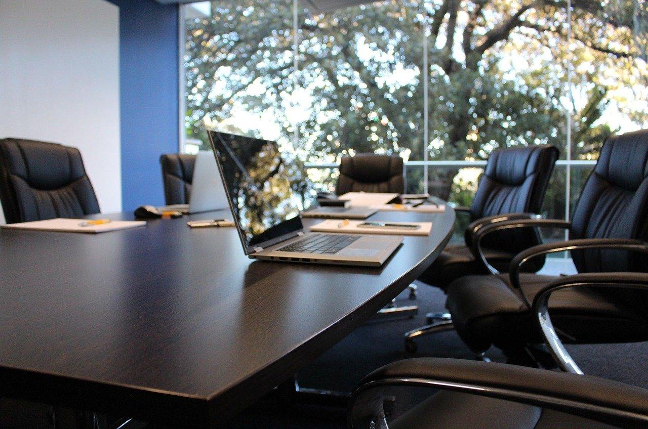 Meble do sali konferencyjnej – jakie kupić?